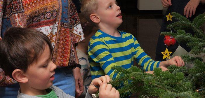 KiTa Kinder schmückten Weihnachtsbaum in der Sparkasse